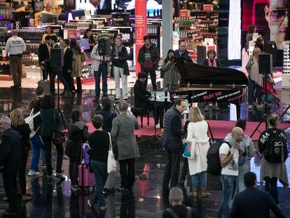 Ka Jeng Wong, finalista del 65º concurso de piano Maria Canals, toca para los viajeros del aeropuerto de El Prat, el año pasado.