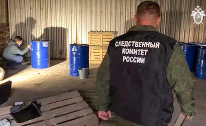 Autoridades policiales rusas en una nave clandestina donde se encontraron bidones de alcohol contaminado en la ciudad de Orsk.