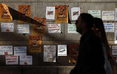 Pared con carteles en la Plaza de Cataluña de Barcelona.