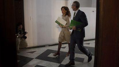 La consejera María Jesús Montero con el portavoz Miguel Ángel Vázquez.