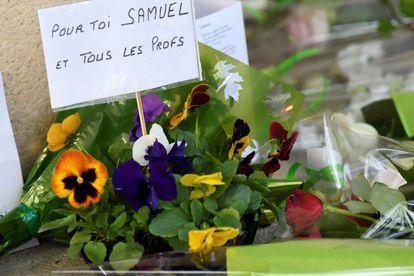 """""""Para ti, Samuel, y para todos los profes"""", dice un cartel a la entrada de la escuela secundaria de Conflans-Sainte-Honorine"""