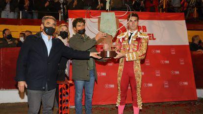 Fernando Adrián recibe la Copa Chenel de manos de Victorino Martín, a la izquierda, y Miguel Abellán.