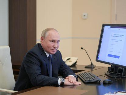El presidente ruso, Vladímir Putin, vota por Internet en las elecciones legislativas, este viernes.