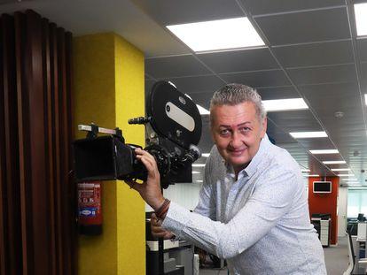 Miguel Sánchez, director del programa de Telemadrid 'Dos en la carretera', posando en la sede de la productora Eurostar Mediagroup.