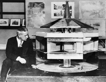 Buckmister Fuller, en 1930, junto a la maqueta de una versión suspendida de la Dymaxion House.  