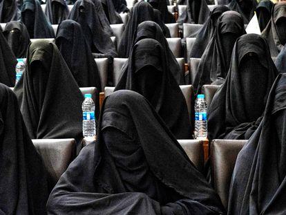 Un grupo de mujeres, el sábado en un acto de apoyo a los talibanes en la Facultad de Educación de la Universidad de Kabul.