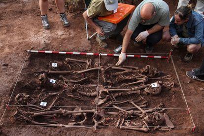 Nicolás Márquez Grant (centro) observa en 2013 los restos de personas fusiladas en la Guerra Civil en Barcones (Soria).