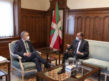 El lehendakari Urkullu y el líder del PP vasco, Carlos Iturgaiz, en la reunión que han mantenido este martes en la sede de Lehendakaritza.