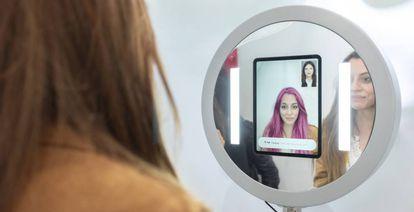 Aspecto del espejo de realidad virtual que muestra en tiempo real variaciones en el cabello.