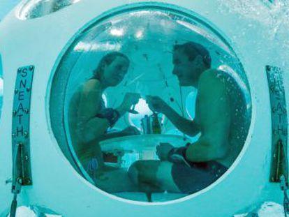 Un restaurante de Bruselas permite degustar un menú a cinco metros de profundidad en una piscina