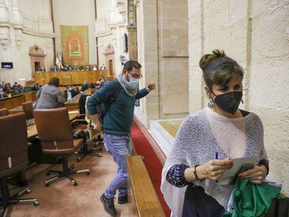 La diputada no adscrita Teresa Rodríguez abandona el Pleno del Parlamento andaluz.