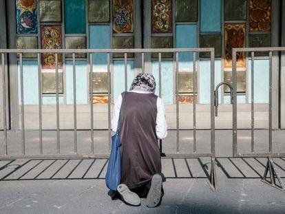 Un mujer reza en la explanada de la Basílica de Guadalupe, en Ciudad de México.