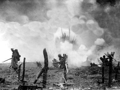 Asalto de soldados franceses contra las posiciones alemanas en medio de los impactos de artillería. Tras la primera ofensiva alemana, los ataques entre ambos bandos fueron constantes y sangrientos, a veces se mataba al enemigo con bayonetas. Muchas de las bombas contenían gases tóxicos.