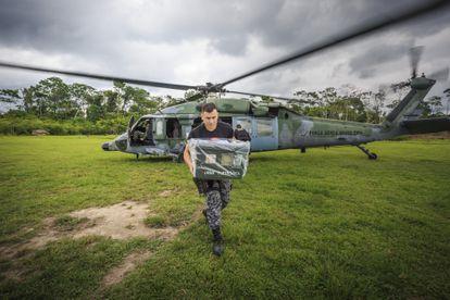 La Fuerza Aérea Brasileña transporta urnas electrónicas y equipos de votación, durante las elecciones de 2018.