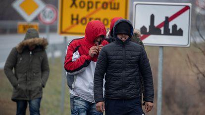 Migrantes atraviesan la localidad de Horgos (Serbia), en la frontera serbiohúngara, el pasado enero.
