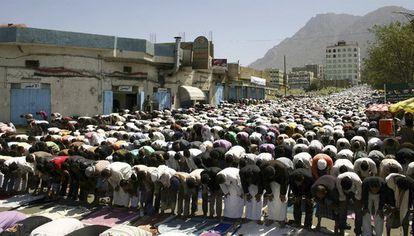 Manifestantes contra el régimen de Ali Abdalá Saleh, durante las oraciones del viernes en la ciudad de Taiz, al suroeste de Yemen.