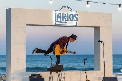 Mikel Erentxun durante su concierto en Atarceres Larios.