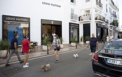 Turistas, frente a las tiendas de lujo de Puerto Banús (Marbella).