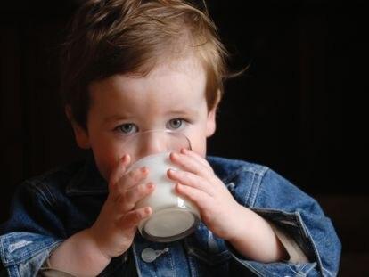 La mayoría de las leches de crecimiento no llevan azúcares añadidos, salvo en algunas referencias, en las que se añaden pequeñas cantidades de zumo de manzana o plátano.