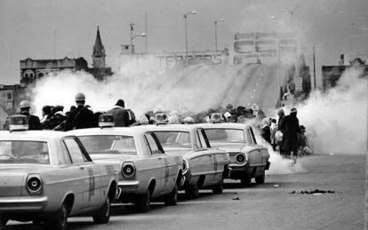 Los gases lacrimógenos envuelven a los primeros manifestantes que intentaron cruzar el puente de Selma en marzo de 1965.