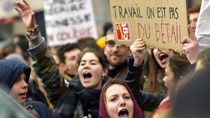 """Un grupo de manifestantes protestan este miércoles contra la reforma del trabajo. """"No somos ganado"""", dice una pancarta."""