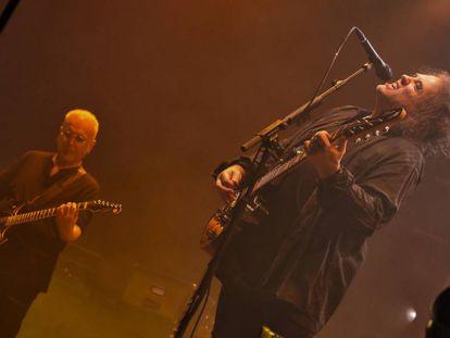 Reeves Gabriels y Robert Smith anoche durante el concierto.