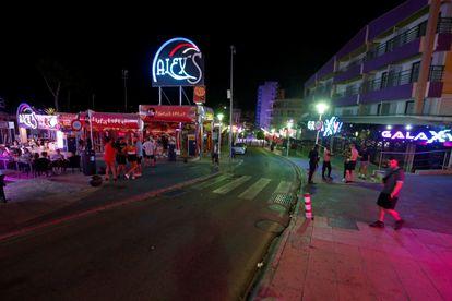 Vista general de una de las calles de ocio nocturno en Magaluf (Mallorca), semivacía el 12 de julio.