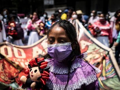 Una joven indígena participa en una protesta en Ciudad de México.