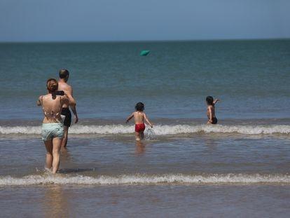 La playa de la Valdelagrana en el Puerto de Santa Mária, (Cádiz), con bañistas en el primer día de la fase II . Cádiz a 25 de mayo del  2020 25 MAYO 2020 Nacho Frade / Europa Press 25/05/2020
