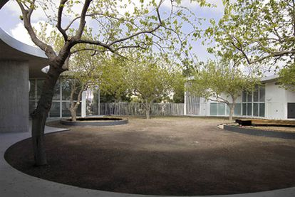 El patio con moreras rige la vida de la Universidad Infantil en Gandia, de García de Paredes y Pedrosa.