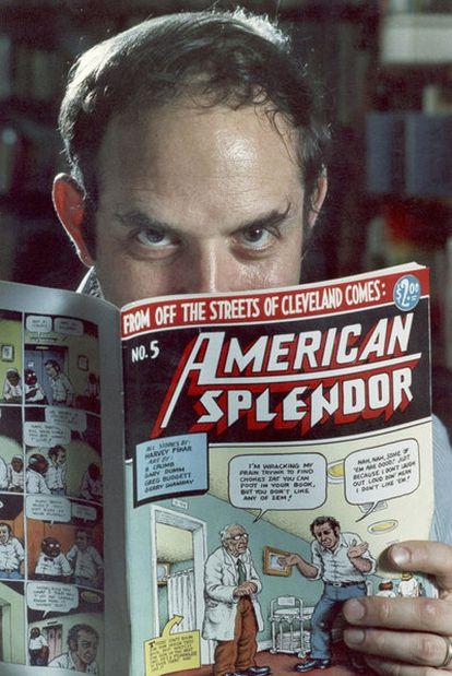 Harvey Pekar, en 1986, con uno de sus cómics <i>American splendor.</i>