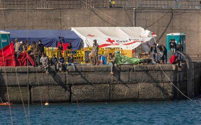 Un grupo de migrantes recién rescatados permanecen este viernes en el puerto de Arguineguín, en Gran Canaria.