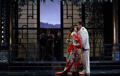 La soprano Ermonela Jaho y el tenor Jorge de León, acompañados del Coro Titular del Teatro Real, en un ensayo de 'Madama Butterfly'.