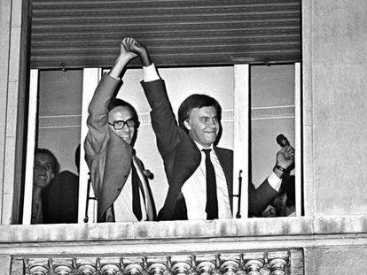Alfonso Guerra levanta la mano de Felipe González, asomados ambos a una ventana del hotel Palace de Madrid, celebrando la histórica victoria del PSOE en las elecciones de 1982.