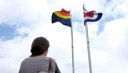 La bandera gay y la de Costa Rica en la Casa Presidencial.