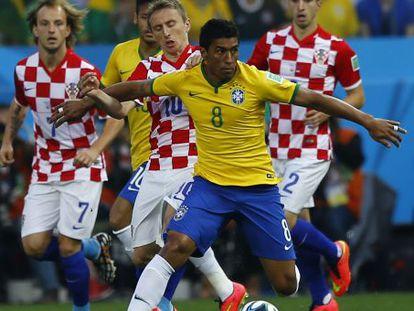 Paulinho protege el balón ante Modric en el Brasil-Croacia.