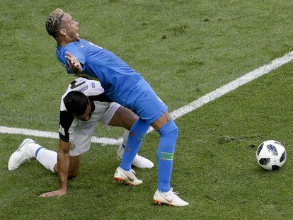 Neymar se deja caer en la jugada del penalti que anuló el VAR.