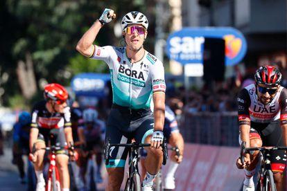 Sagan levanta el puño tras ganar en Foligno.