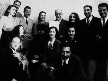 Miembros de la Generación del 45: en el centro sentada Ida Vitale, y tras ella, Juan Ramón Jiménez.
