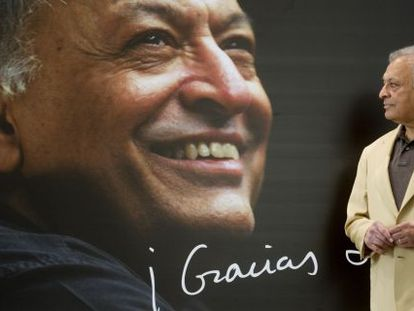 Zubin Mehta, ante el cartel de despedida que le preparado el Palau de les Arts.