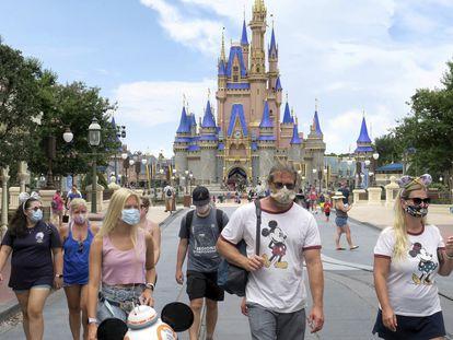 Visitantes con mascarilla en un parque Disney en Florida en julio.