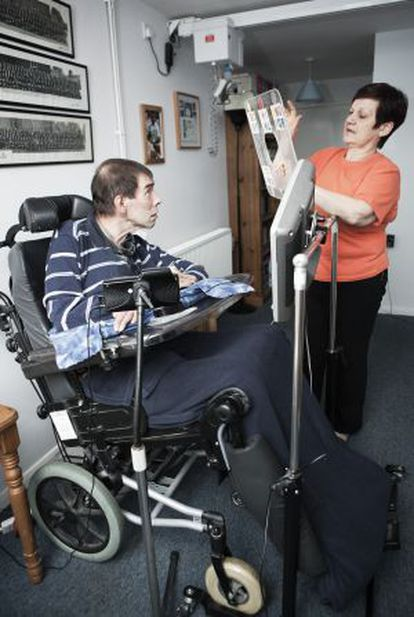Tony Nicklinson es atendido por su mujer, Jane, en su domicilio familiar en Melksham, en enero de 2012.