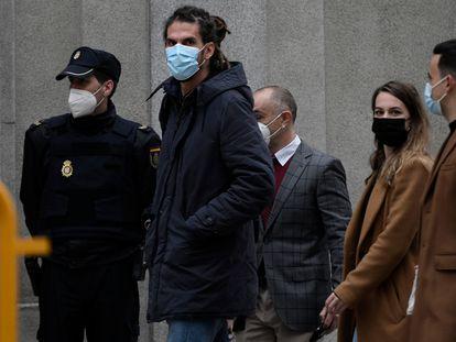 El diputado y secretario de Organización de Podemos, Alberto Rodríguez (en el centro), al llegar al Tribunal Supremo en marzo.