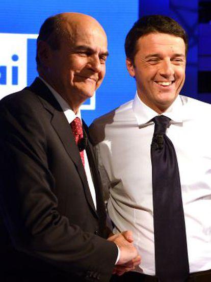 Los candidatos Bersani (izq.) y Renzi posan antes del debate televisado celebrado el 28 de noviembre.