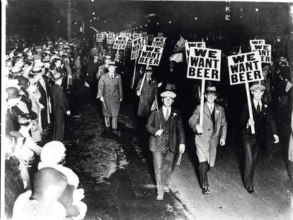 """""""Queremos cerveza"""", obreros de Nueva jersey (EE. UU.) manifestándose por el fin de la """"ley seca"""" en 1931."""