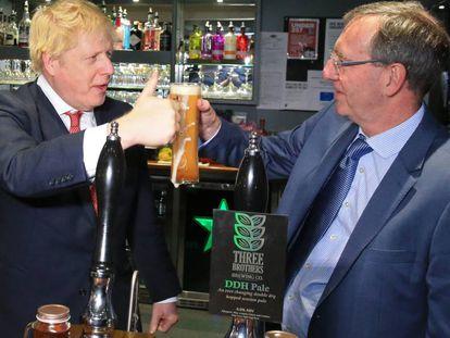 Boris Johnson celebra este sábado la victoria con el nuevo diputado conservador por Sedgefield, Paul Howell, en County Durham. En vídeo, declaraciones de Corbyn tras los resultados.