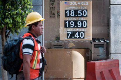Un trabajador pasa frente a un banco en México.