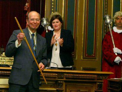 Areso, con la 'makila' y la medalla de alcalde tras su investidura. Detrás, la nueva concejal peneuvista Eider Jauregi.