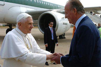 Don Juan Carlos saluda al Papa al pie de la escalinata del avión en la pista del aeropuerto de Manises.