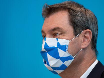 Markus Söder, con la mascarilla de los colores de la bandera de Baviera, durante una rueda de prensa en Múnich en julio de 2020.